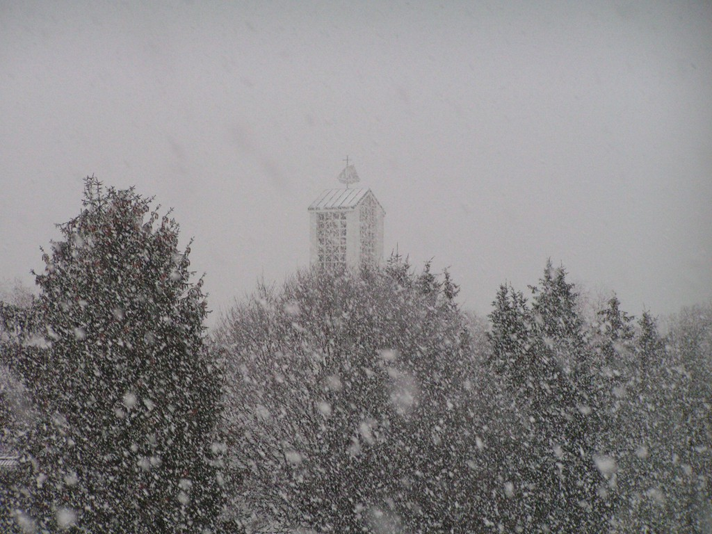 Foto_Bauwerke_Kirchturm_im_Schneegestoeber.jpg